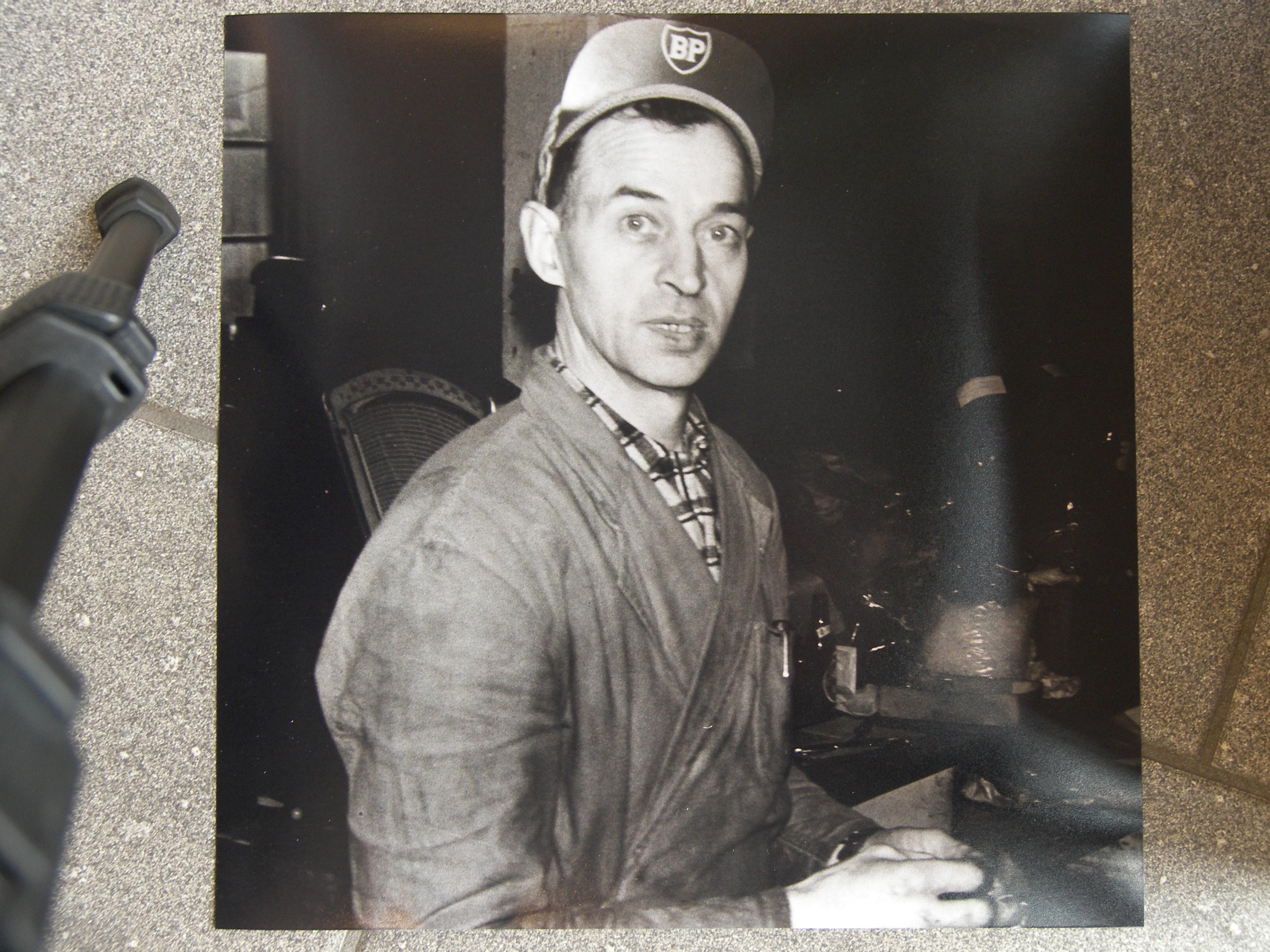 Założyciel Ingvar Svensson podczas pracy wfabryce bakelitu.